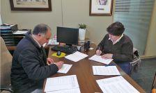 Andreu González (alcalde) i Emma Puig (presidenta de la Comissió de Carnaval i Gitanes), signant el conveni