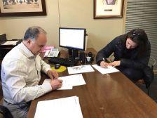 Andreu González i Sònia Creus, signant el conveni